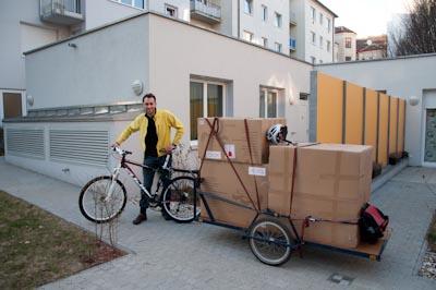 Transport einer Garten-Garnitur mit dem blauen Anhänger
